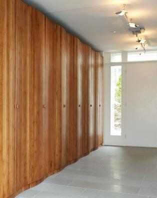 Schrank mit gewellten Türen aus gedämpfter Platane