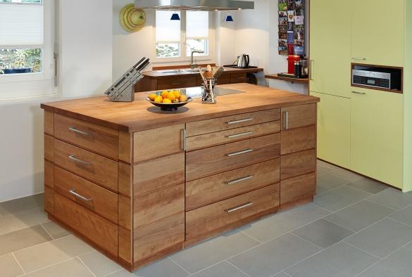 Kochtisch und Spülenmöbel aus Birnenholz