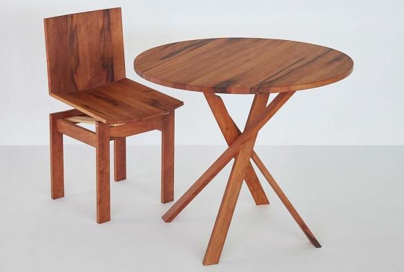 Federstuhl mit rundem Tisch aus gedämpftem Birnenholz  erhältlich auch in andern europäischen Edelhölzern