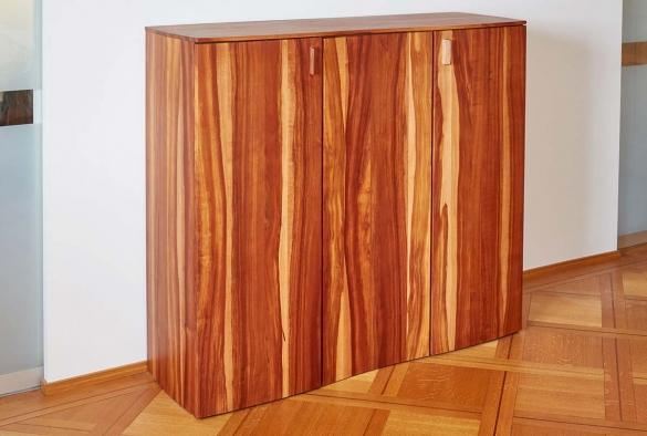 Foulardmöbel aus Zwetschgenholz